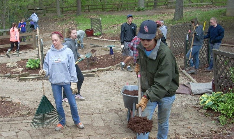 FCA Students work outside at Echoing Hills